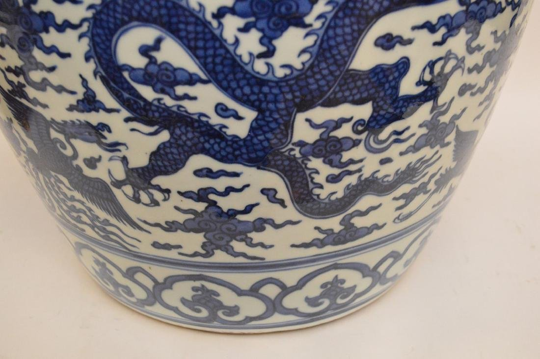 Large Chinese Porcealin Pot with blue dragon decoration - 4