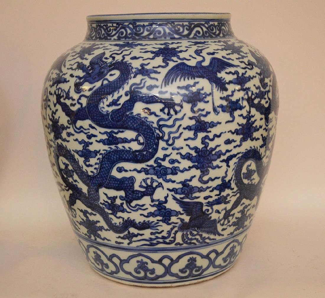 Large Chinese Porcealin Pot with blue dragon decoration - 5