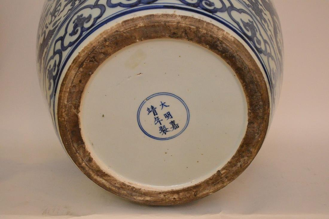 Large Chinese Porcealin Pot with blue dragon decoration - 8