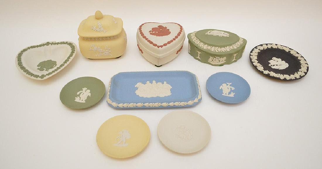 4 Wedgwood trinket boxes and 7 plates, good condition