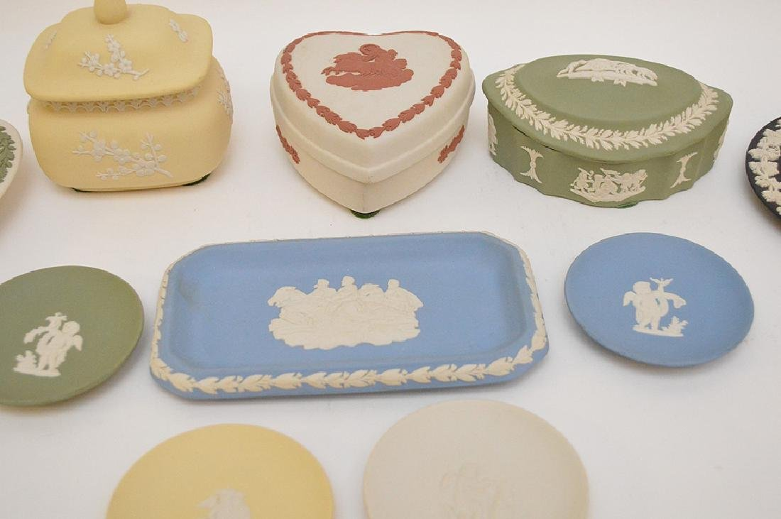 4 Wedgwood trinket boxes and 7 plates, good condition - 2
