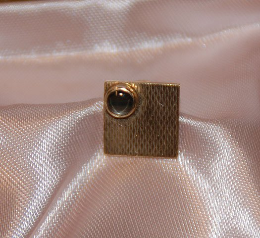 1011: 14kt yellow gold tie tack set with a small tiger'