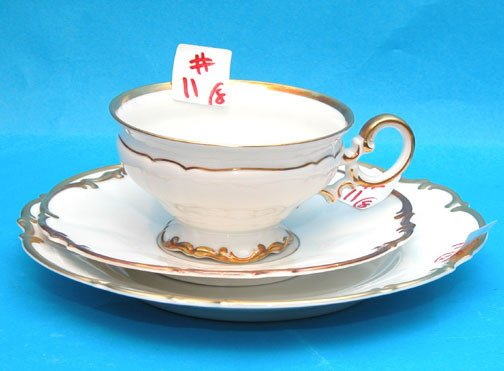 1011: (8) Hutschenreuther cups and saucers and (6) sala