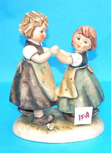 1015A: Goebel figurine, 2 little girls holding hands, M