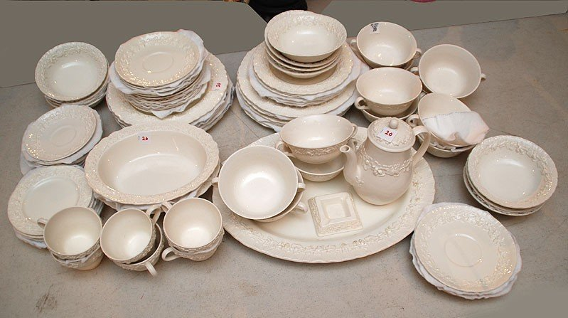 20: Wedgwood dinner service, raised grape and leaf moti
