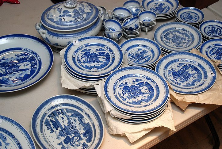 1: Chinese blue & white china service, incl; 24 dinner
