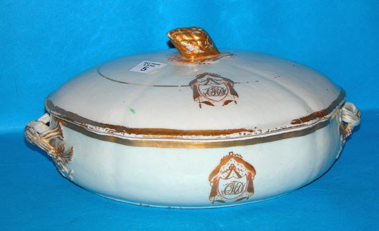 1005: 18th century porcelain covered vegetable dish, go