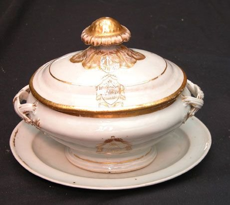 1007: 18th century small porcelain tureen with gold acc