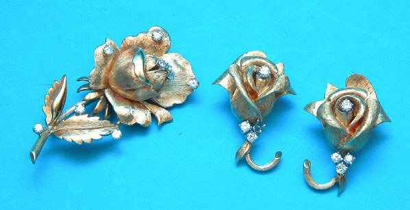 1169B: 3 pc jewelry set, 18kt. Gold rose pin with Pr. e