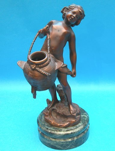 1007: Bronze putti carrying water jug, on marble stand.