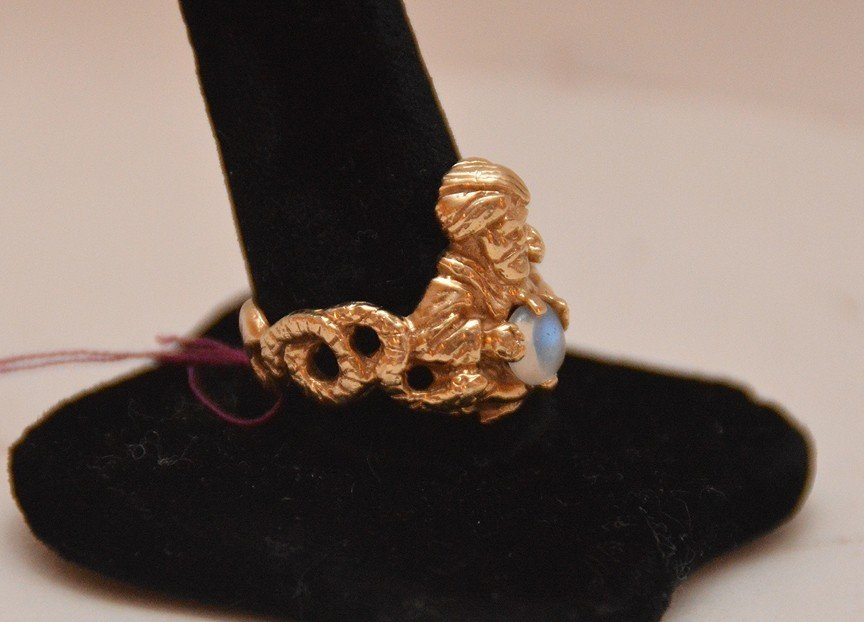 Gold ring with magician and moonstone, 14kt (magic - 2