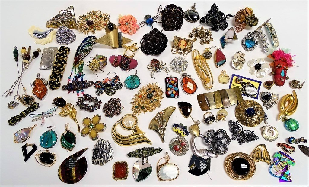 LARGE LOT OF UNSIGNED COSTUME VINTAGE BROOCHES