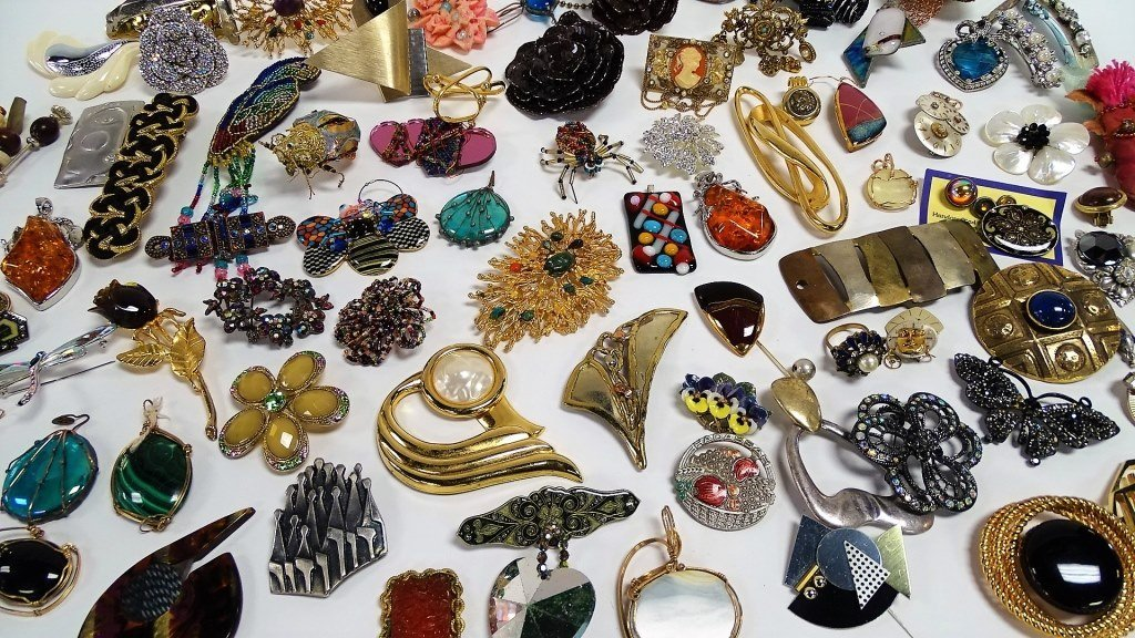 LARGE LOT OF UNSIGNED COSTUME VINTAGE BROOCHES - 2
