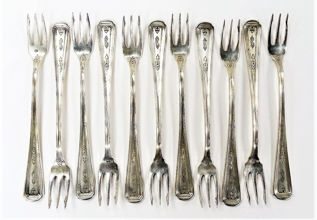 11 ANTIQUE AMERICAN STERLING HORS D'OEUVRE FORKS