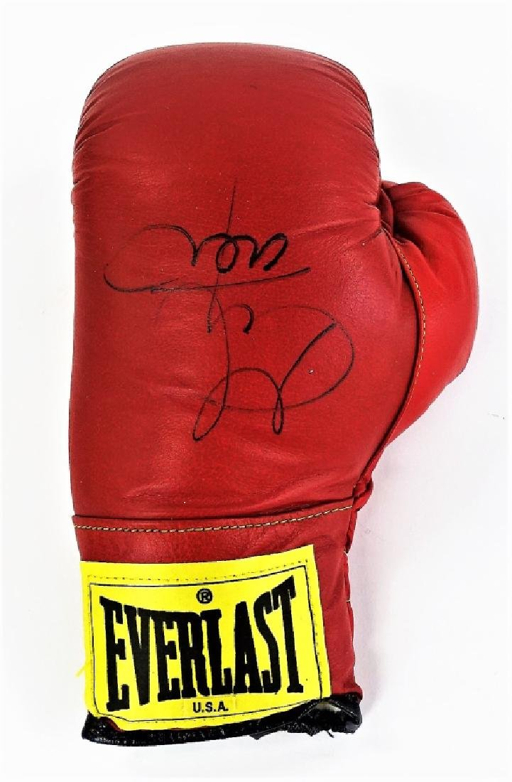 EVERLAST BOXING GLOVE SIGNED GEORE FOREMAN