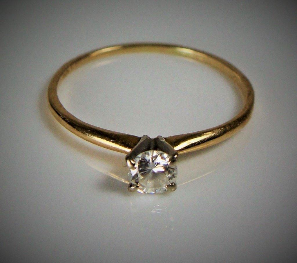 SMALL DIAMOND & 14KT YELLOW GOLD ENGAGEMENT RING
