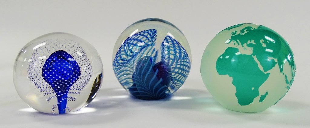 LOT OF 3 CONTEMPORARY ART GLASS PAPERWEIGHTS