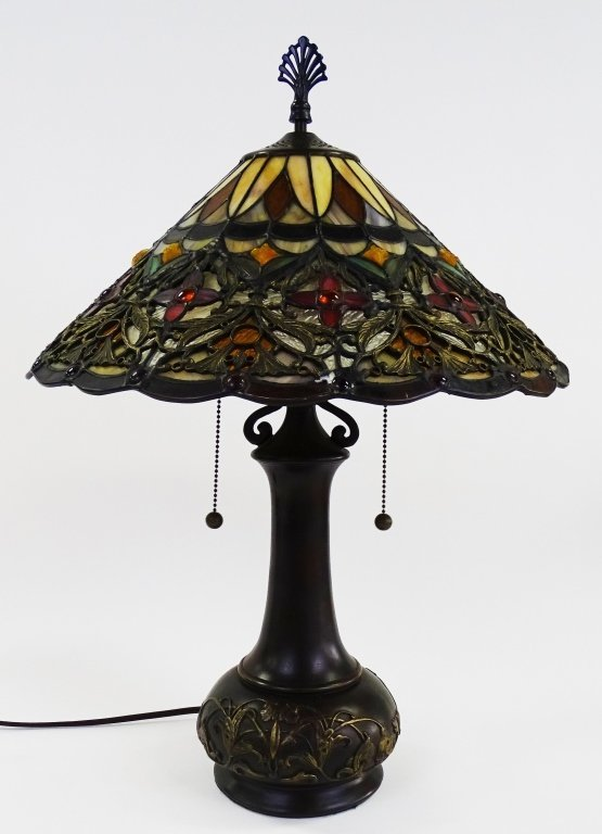 QUIOZEL TIFFANY STYLE ARTS & CRAFTS TABLE LAMP