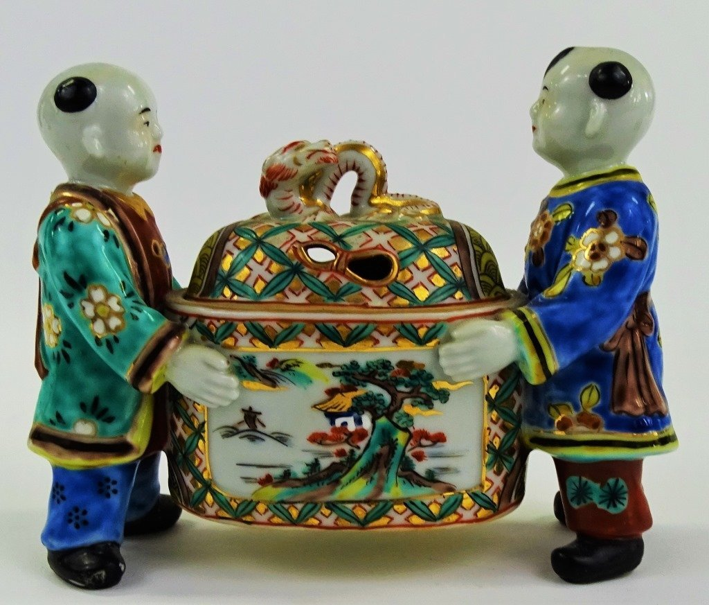 20TH CENTURY CHINESE EXPORT FIGURAL PORCELAIN BOX