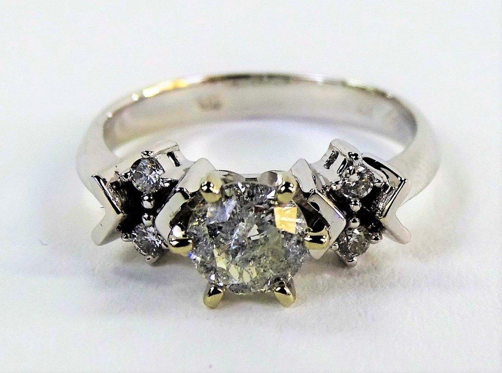 LADIES 18KT WHITE GOLD DIAMOND ENGAGEMENT RING