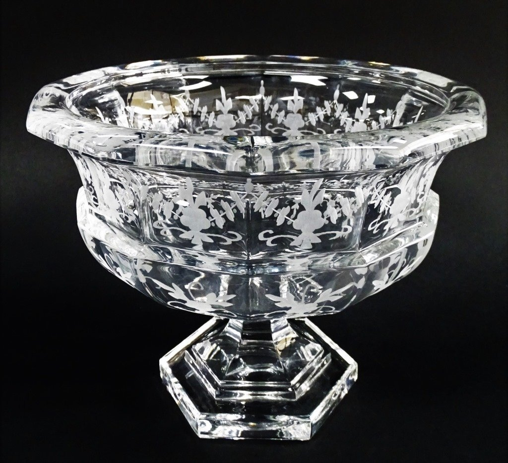 TIFFANY AND CO ETCHED CRYSTAL GLASS CENTER PIECE