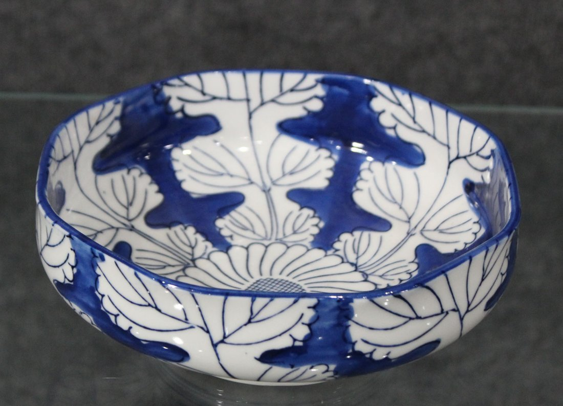 Japanese blue and white flowered bowl - 3
