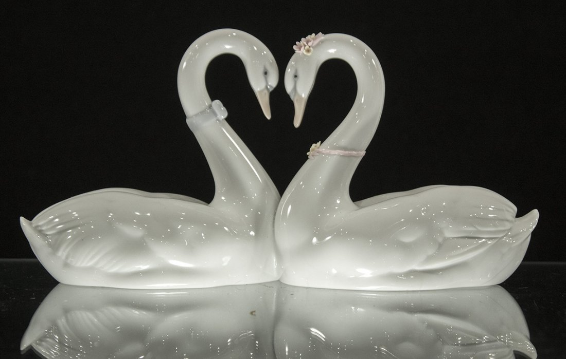LLADRO PORCELAIN DOUBLE SWANS FORM A HEART