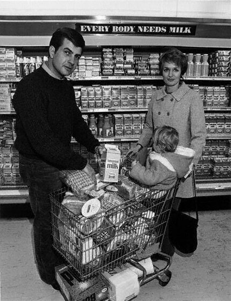 115: Bill Owens: Family in Grocery Store 1970