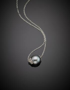 Catenina in oro bianco con al centro una perla nera