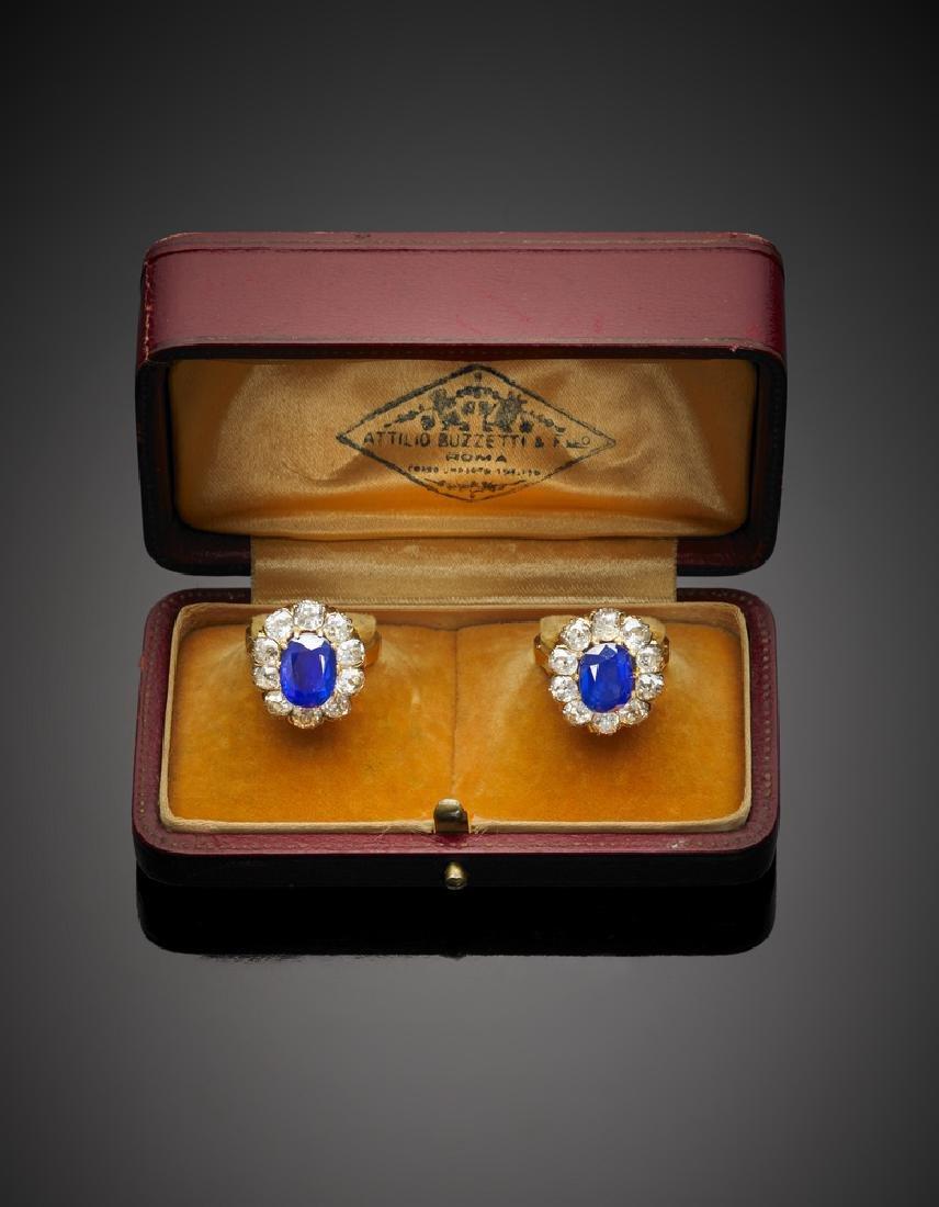 Due anelli gemelli in oro con diamanti a contornare due