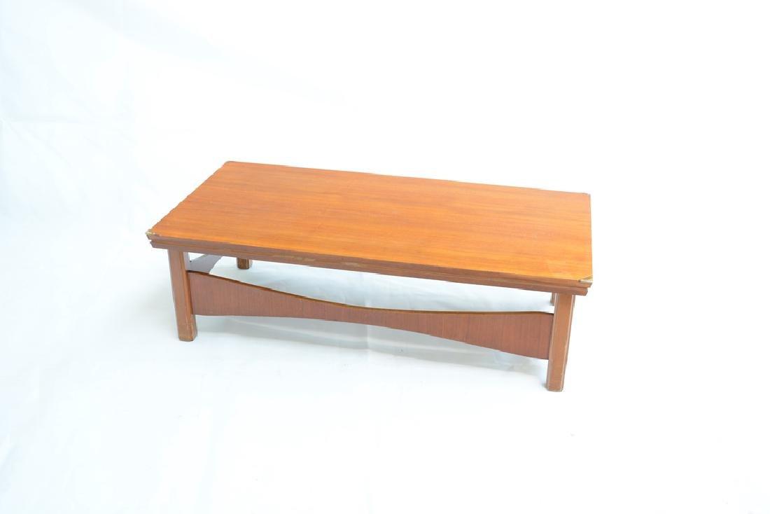 Tavolo basso rettangolare impiallacciato legno chiaro.