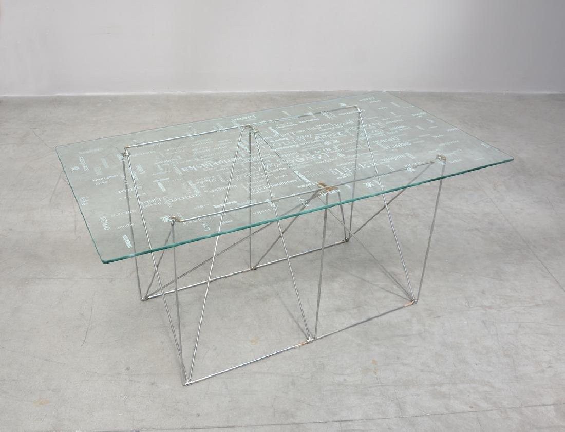 Tavolo con struttura in metallo e piano in vetro con