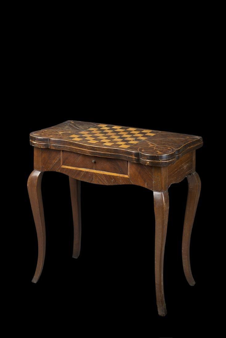 Tavolo da gioco con piano apribile intarsiato a volute