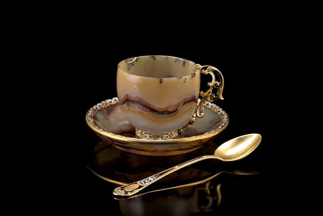 Tazza in agata con cucchiaino in oro e smalti policromi