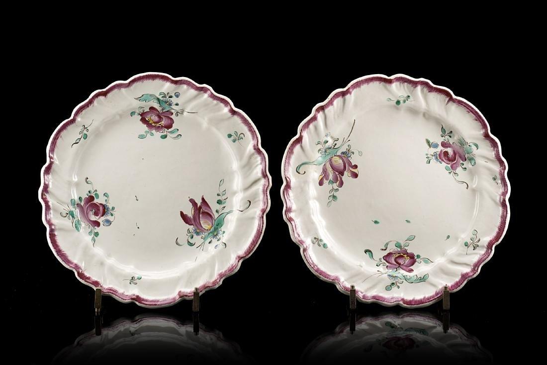 Manifattura del secolo XVIII. Due piatti polilobati in
