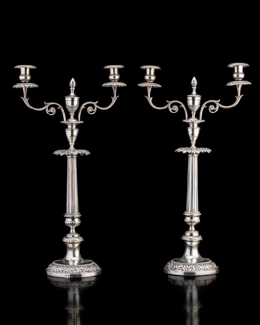 Coppia di candelabri in argento a due fiamme con piede