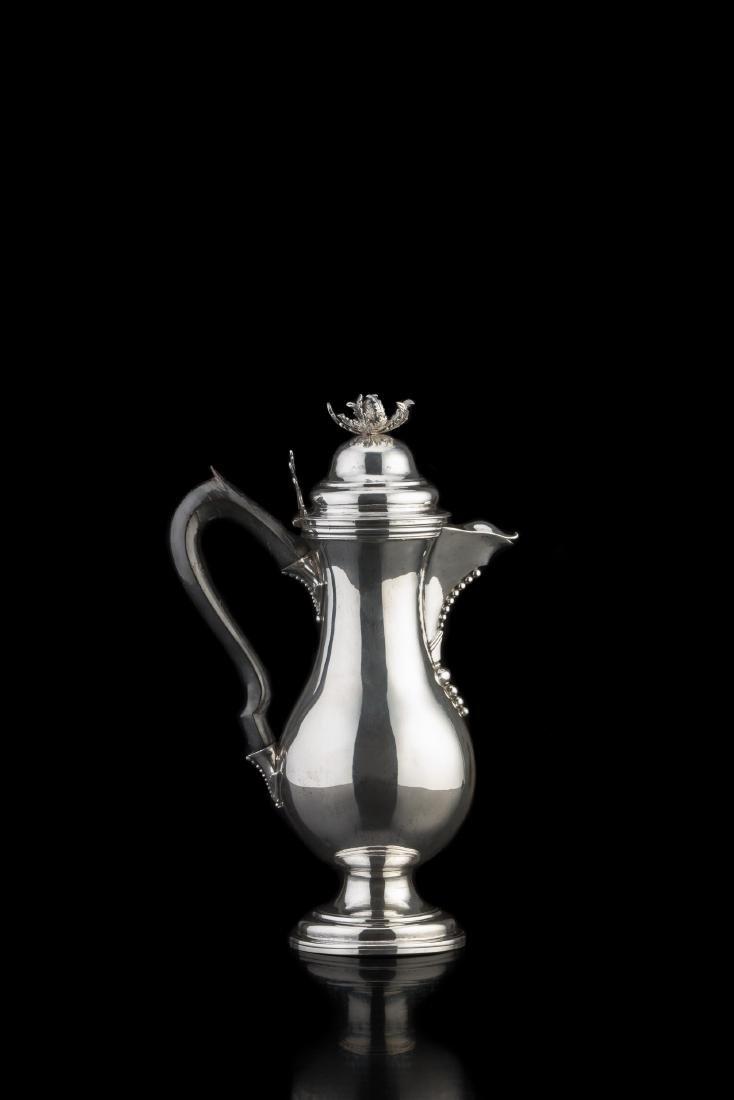 Caffettiera in argento con corpo a balaustro liscio, su
