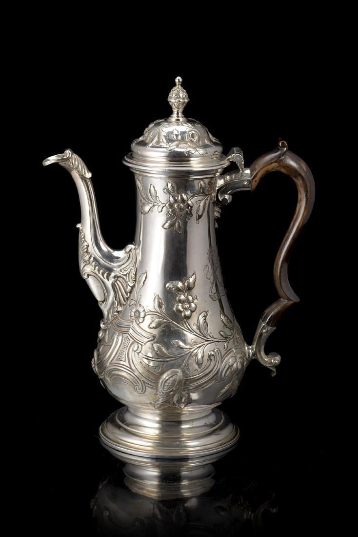Caffettiera in argento con corpo a balaustro e