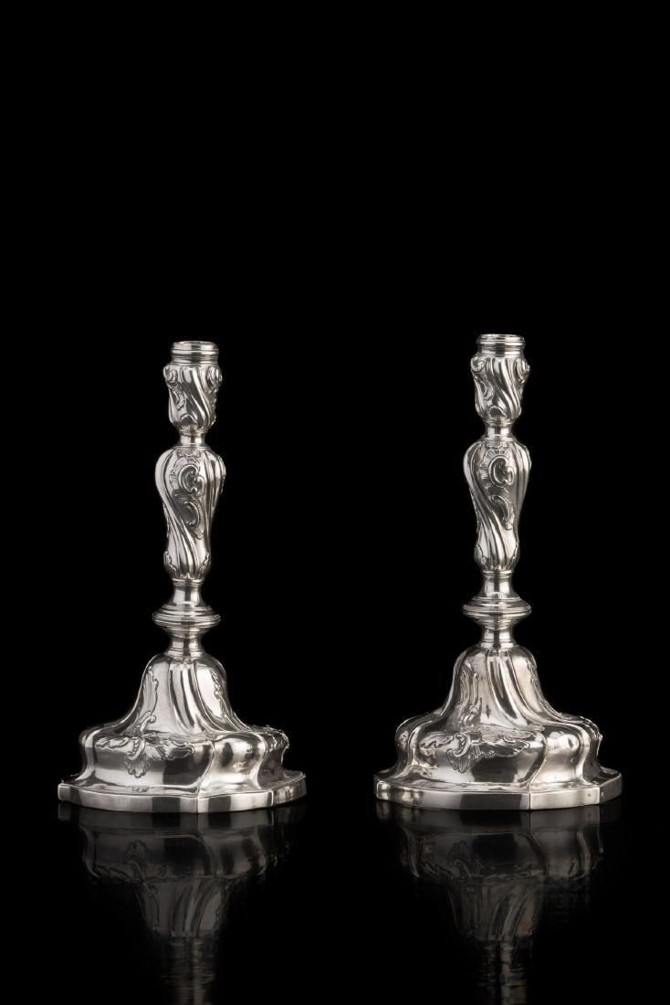 Coppia di candelieri in argento, con piede mistilineo
