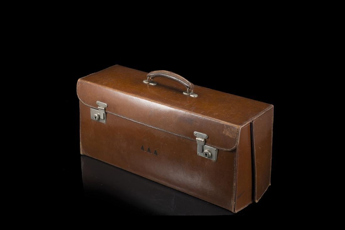 Elegante valigia in cuoio contenente apparati