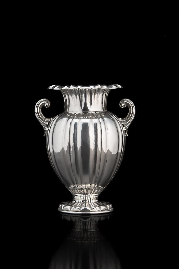 Vaso in argento con corpo ad anfora sagomato a