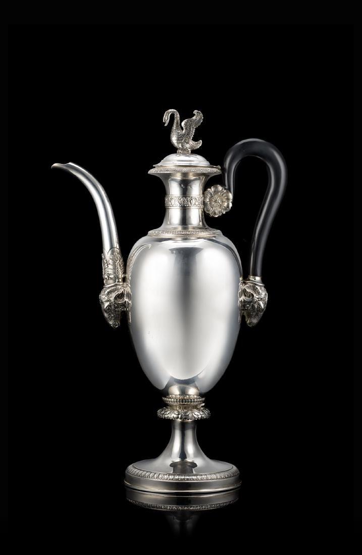 Caffettiera in argento con corpo ovoidale liscio
