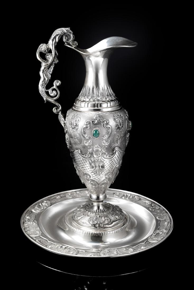 Acquamanile in argento con corpo di forma ovoidale e