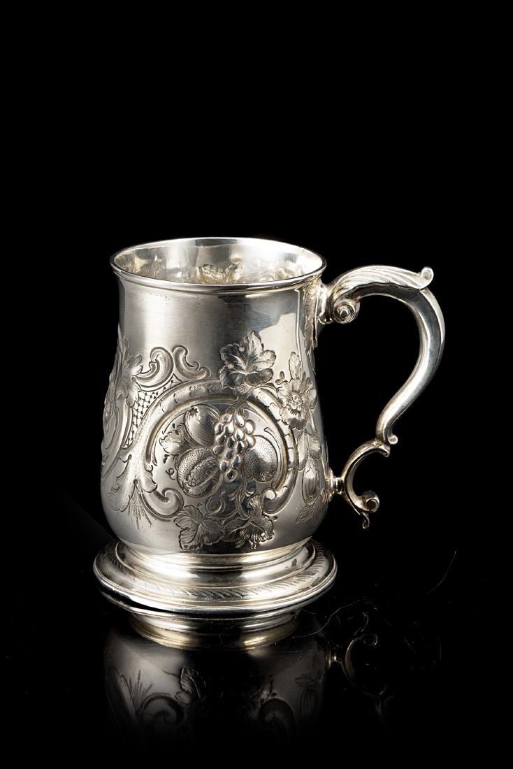 Boccale in argento, con corpo a balaustro e superficie