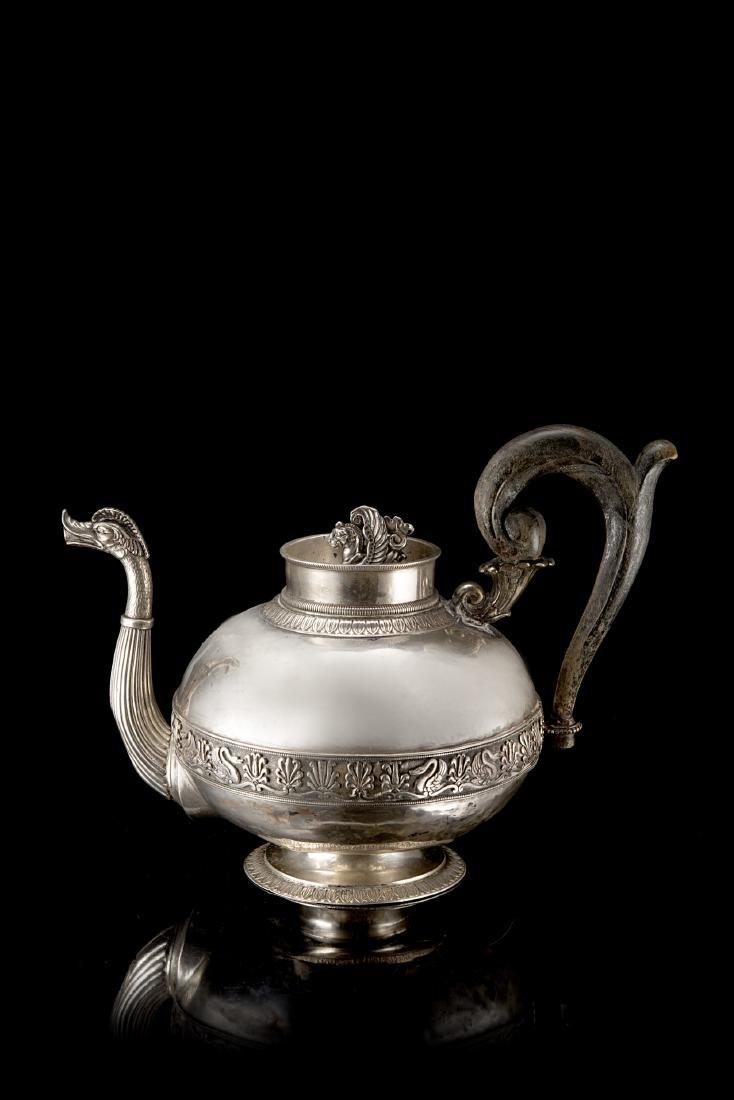 Teiera in argento con corpo globulare decorato da