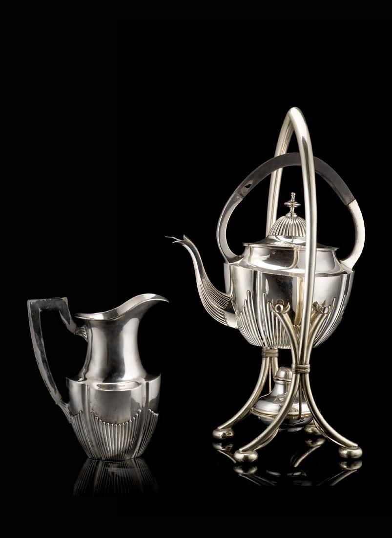 Set da tè in argento composto da teiera con supporto e