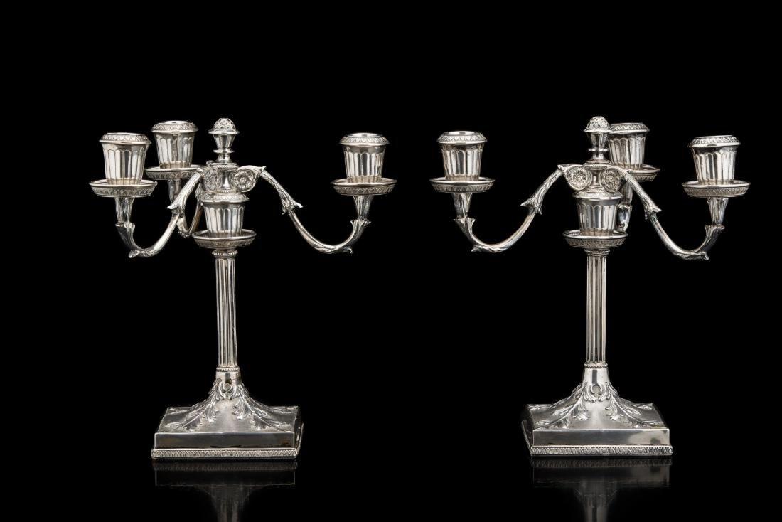 Coppia di candelabri in argento a tre fiamme con fusto