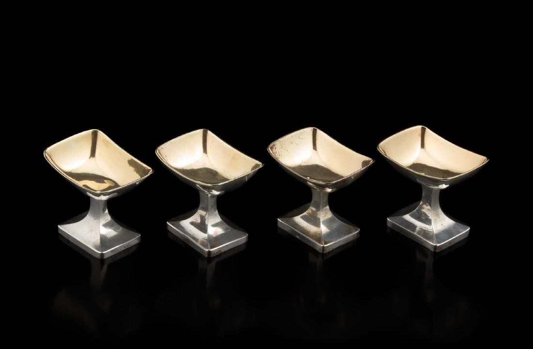 Quattro saliere in argento con vaschetta su