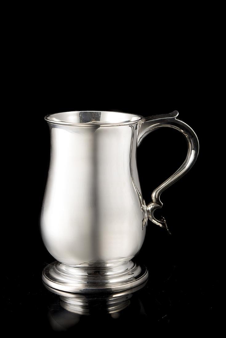 Boccale in argento con corpo a balaustro e superficie
