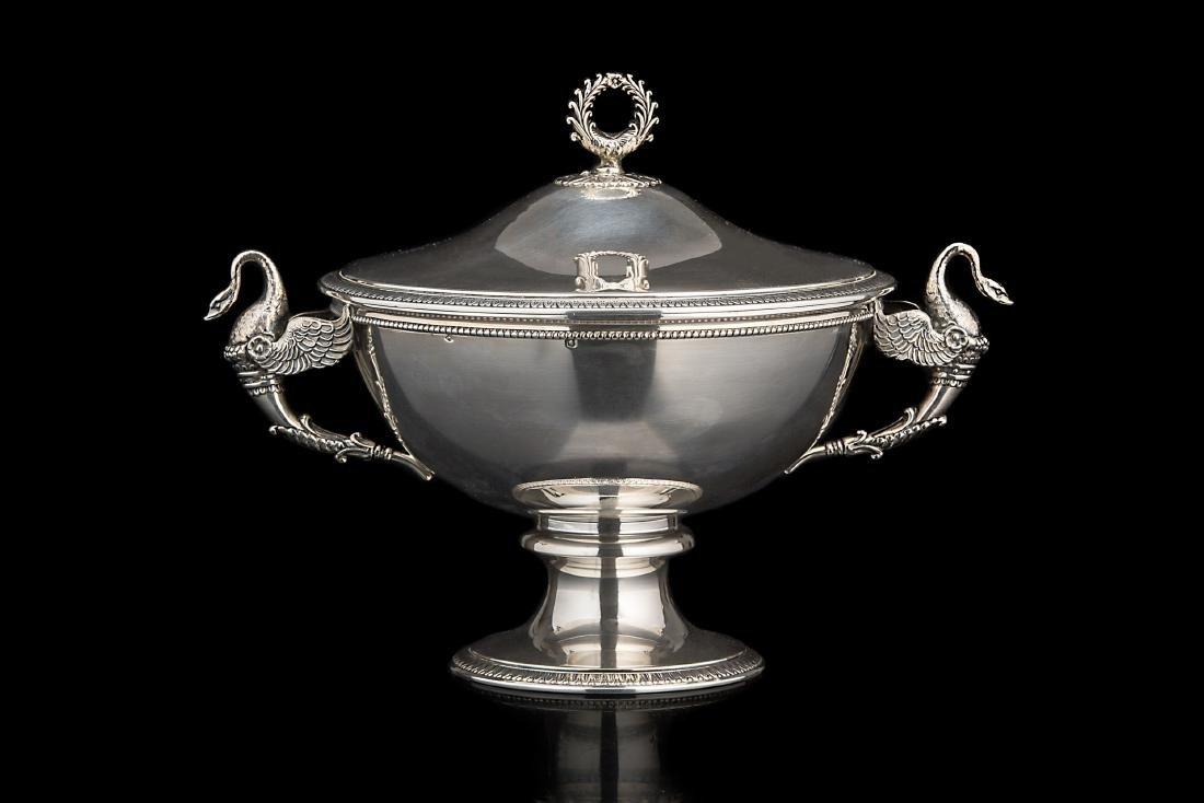 Zuppiera in argento di forma circolare con superficie